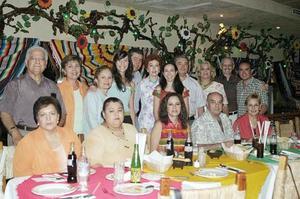 Gaby Barrón Olvera y Víctor Moreno Rodríguez disfrutaron de una agradable reunión, que les organizaron un grupo de amigos y familiares ya que el próximo sábado 2 de julio contraerán matrimonio.