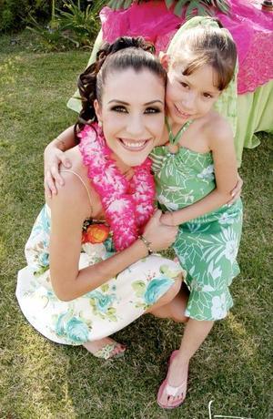 <b>28 de junio</b><p>  Gaby Barrón Olvera en su despedida de soltera junto a la pequeña Paulina González Moreno.
