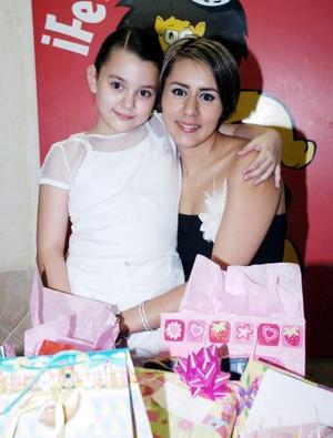 Ana Paula Morando Jaime captada junto a su mamá, Aída Elisa Jaime Santella quien le organizó una reunión infantil, con motivo de su cumpleaños.