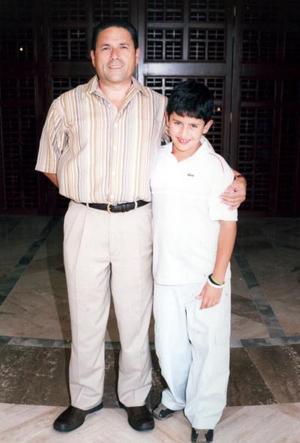 Andrés Bejarano González, en su ceremonia de graduación de sexto grado, lo acompaña su papá Gerardo Bejarano Amador.