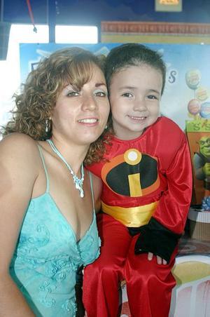 <b>29 de junio</b><p> Francisco Javier Santacruz Rivas captado junto a su mamá, Claudia Rivas Ortiz, el día de su piñata
