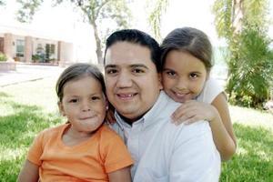 Jesús Sotomayor con sus sobrinas Gaby y Paulina Dávila Sotomayor.