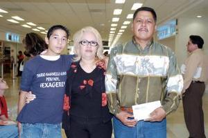 <b>28 de junio</b><p>  Martha Lilia Galván viajó a Tijuana y la despidió Rigoberto Quiroz y Gerardo Ramírez.