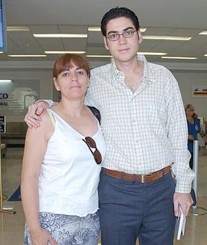 Eduardo Holguín viajó a la Ciudad de México y fue despedido por Bety de Holguín.