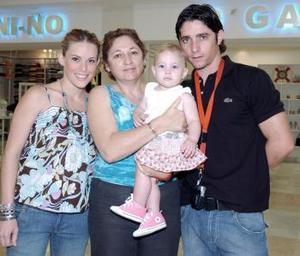 Érick, Sofía y Carlota Canedo viajaron a Cancún, los despidió Cuca de Canedo.