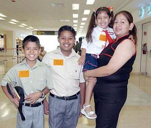 Cindy, Alan y Diego Rivas viajaron a Tijuana, los despidió Martha Rivas.