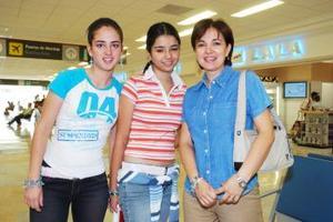 Paulina Pontaizo viajó a Guatemala, la despidieron Ana Cecilia y Cecilia Valenzuela.