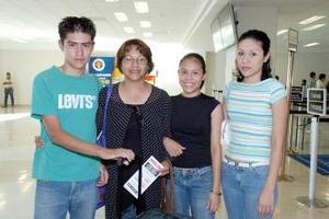 <b>01 de julio 2005</b><p>   Magdalena Lozano y Socorro de la Rosa viajaron a San Diego, las despidieron Raquel y Mario Lozano.