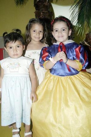 Ana Ximena Zermeño López captada junto a sus amiguitas Natalia y Bárbara, el día que festejó su cumpleaños.
