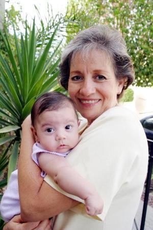 Coyo de Pérez con su nieta Ana Karla Pérez Haro.