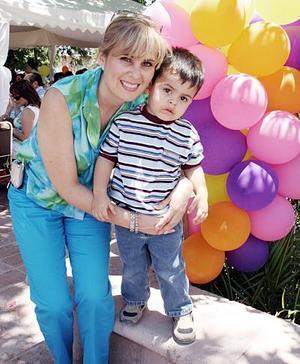 Liliana de Tueme con su pequeño Andrés.