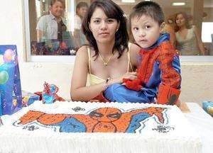 Luis Gerardo Mendoza Hernández en compañía de su mamá, Nancy Berenice Hernández Almaraz, el día que festejó su tercer cumpleaños.