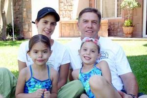 <b>01 de julio 2005</b><p> Mariana y Ana Paula con sus papás, Ernesto Javier y Olga Díaz Flores, organizadores de su fiesta infantil.