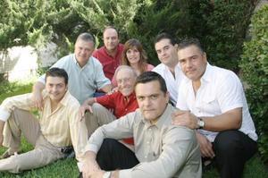 Con motivo del Dia del Padre, don Rodolfo Veyán Rueda les ofreció a sus hijos un rico meudo, ahi estuvieron, Rodolfo, Fernando, María de Lourdes, Javier, Jorge, Luis, Rogelio y Alejandro Veyán Humphrey.
