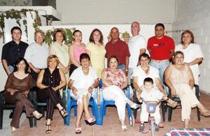 Grupo de Amigos celebrando su décimo aniversario como nadadores del Club San Isidro.