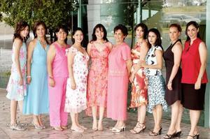 María Cristina Fernández González acompañada por un grupo de amigas y familiares.