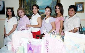 María Eugenia de la Cruz de Goytia, acompañada por las organizadoras de la fiesta de canastilla que le ofrecieron por el cercano nacimiento de su segundo bebé.