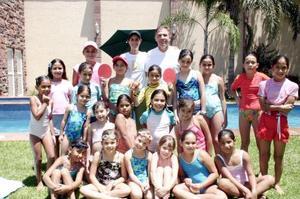 <b>01 de julio 2005</b><p>  Primas y amigas del colegio asistieron al festejo de cumpleaños de Mariana y Ana Paula Díaz Flores Ortiz.