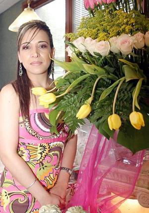 <b>01 de julio 2005</b><p>  Ileana Galaviz Calderón recibió múlyiples felicitaciones, en la despedida de soltera que le organizaron por su próxima boda con Omar  Muruato Sánchez Álvarez.