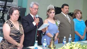 Los presidentes salintes Roberto y Martha Landeros, Aracely Goray Chávez y los nuevos dirigentes del Club de Leones de Gómez Palacio, Gerardo y Verónica Bañuelos.