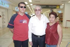 Juan Martínez viajó a Tijuana y fue despedido por Lulia y Félix Martínez.