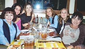 Dulce y Priscila Romo, Alma Aguirre, Rosy Gutiérrez, Érika Castillo y Elba  Portillo, grupo de amigas captadas en pasado convivio