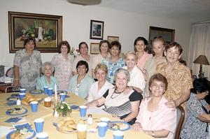 El grupo Las Orquídeas festejaron a la señora nancy Villarreal de Lozano.
