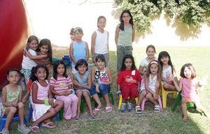 La pequeña Andrea Araluce Nava, acompañada por algunas invitadas a su fiesta con motivo de su séptimo cumpleaños.