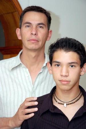 <b>02 de julio 2005</b><p> Víctor Jaramillo con su hijo Víctor Jaramillo del Río.