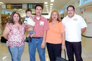 Juan Antonio Torres viajó a Los Ángeles y fue despedida por la familia Torres Alonso.