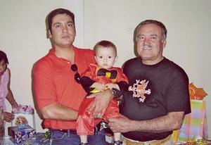 Carlos Barretero Hernández con su hijo Carlos Barreto Castro y su nieto Carlitos, captados recientemente.