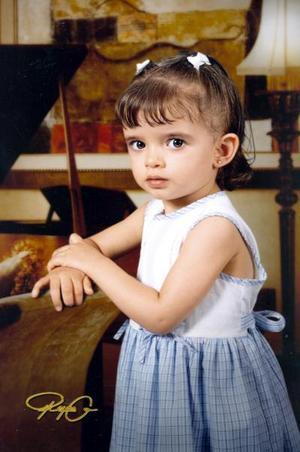 Niña Andrea Natalia González Muñoz, en una fotografía de estudio con motivo de su segundo cumpleaños.