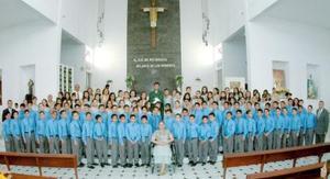 Generación 1999-2005 de graduados del nivel Primaria, acompañados por la directora del plantel, Profra. Concepcón Esparaza Arredondo.