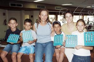 Güera Montalvo con sus hijos Rodolfo y Eduardo González Montalvo, Marisela García con sus hijos Carlos y Marce.
