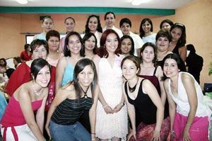 Liliana Gisela Ríos recibió múltiples felicitaciones de sus amigas, en la despedida que le ofrecieron ya que el próximo 23 de julio contraerá matrimonio.