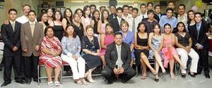 Los graduados y sus maestros.