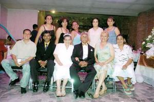 Los señores Pedro y Guadalupe, en compañía de sus hijos.