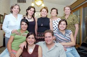 Pilar Medellín de Miñarro, Pily Miñarro Medellín, Eva Miñarro Hernández, María del Carmen Miñarro, doña Aurora Medellín, Mónica Angulo Miñarro y Sandy Angulo Miñarro, acompañaron a los futuros esposos.
