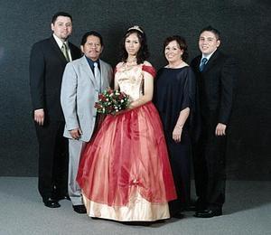 Srita Graciela Valenzuela Barraza, en una fotografía de estudio con motivo de sus quince años acompañada de su familia.