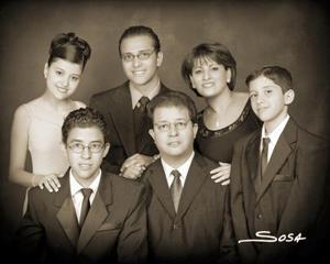 Srita. Marissa Escobedo Cárdenas, el día de su fiesta de quince años acompañada por sus papás y hermanos.