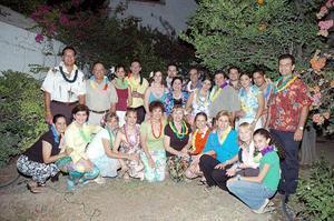 Varios familiares y amigos de los festejados compartieron con ellos una agradable fiesta hawaiana.