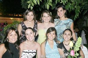 Érika Padilla Velazco en su despedida de soltera, acompañada por un grupo de amigas.