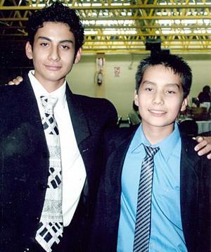 Carlos Enrique y Luis Gustavo Márquez Vela, en su graduación de secundaria del Instituto Mano Amiga de Torreón.