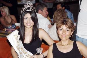 d Como invitada estuvo la reina de San Isidro, Tania de la Cruz, acompañada de su mamá, Polita Fraire de De la Cruz.