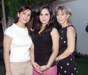 Karla María Corrales Elizondo acompañada por su mamá, Ana Luz Elizondo y su hermana, Sofía Corrales, quienes le organizaron una despedida por su próxima boda.