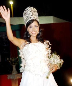 Keren I saluda después de ser coronada como reina de la Feria del Centenario.