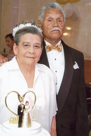 Tan enamorados como hace 50 años, los señores Pedro y Guadalupe Hernández festejaron su aniversario de Bodas de Oro.
