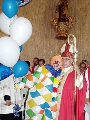 Bonita sorpresa se llevó en la misa el señor Obispo de parte de la señora Lupita Murra de Villarreal, quien caracterizó a un simpático payasito.