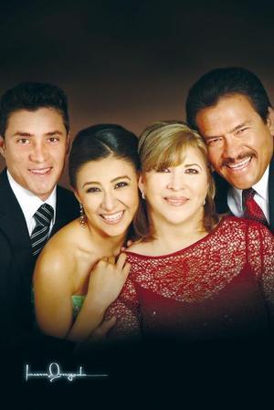 Dr. Felipe Medina Cervantes y Sra. Silvia Rodríguez de Medina celebraron recientemente su 25 aniversario de matrimonio, acompañados por sus hijos.