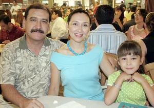 Miguel y Verónica Wong Sánchez con su hija Verónica.